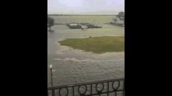 """Cận cảnh đường phố Mỹ """"ngập như sông""""vì siêu bão Florence"""