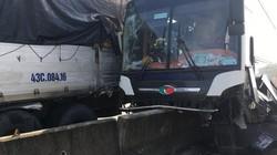 Các bộ phận xe khách văng tung tóe vì đâm xe tải, cưỡi dải phân cách