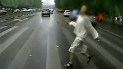 Cãi nhau với bạn trai, cô gái lao ra đường đâm vào xe bus