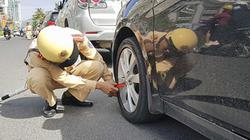 Cảnh sát khoá bánh hàng loạt ô tô ở Nha Trang vì đỗ sai quy định
