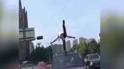 Thanh niên biểu diễn tuyệt kỹ trên nóc ô tô khi đang tham gia giao thông
