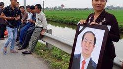Ảnh: Người dân Ninh Bình chờ đón linh cữu Chủ tịch nước