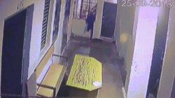 Video: Trộm trốn thoát theo cách không ngờ khi cảnh sát ngủ quên