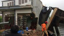 Đổ đèo lúc nửa đêm, xe tải tông sập cửa nhà dân