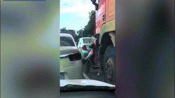 """Người phụ nữ đi xe máy bất ngờ bị xe tải """"nuốt"""" vào gầm giữa phố"""