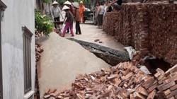 Hố tử thần sâu 4m bất ngờ xuất hiện giữa khu dân cư ở Hà Nội