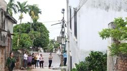 Ảnh, clip: Ngôi nhà 2 tầng ở Hà Nội bất ngờ bị nghiêng đổ
