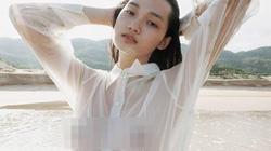 Người mẫu chụp ảnh thời trang với áo ướt: Phô trương quá đà?