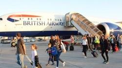 3 nhân viên hàng không Anh khỏa thân chạy tung tăng trong khách sạn