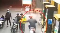 VIDEO: Tên cướp đi xe máy giật phăng xấp tiền trên tay nhân viên cây xăng