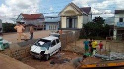 Đối đầu xe khách trong lúc vượt xe tải, một người đi xe máy tử vong