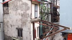"""Ảnh: Nhiều ngôi nhà bất ngờ được """"chống lưng"""" trên phố Hà Nội"""