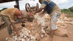 """Cận cảnh môi trường làm việc của thợ đào vàng ở nơi """"tận cùng của lạm phát"""""""