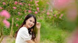 Ảnh: Thiếu nữ e ấp bên sắc hồng hoa tường vi