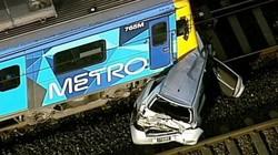 Để ô tô trên đường ray tàu hỏa xuống cãi nhau và cái kết