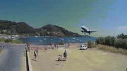 """Video: Du khách thoải mái chụp """"tự sướng"""" khi máy bay đang đáp xuống ngay trên đầu"""