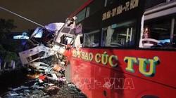Kinh hoàng xe khách đối đầu xe tải, hai tài xế chết kẹt trong ca-bin