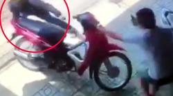 CLIP: Bẻ khóa xe máy bị phát hiện, tên trộm chạy trối chết