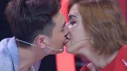 Người mẫu lai xinh đẹp chơi trò nhạy cảm trên sóng truyền hình gây tranh cãi