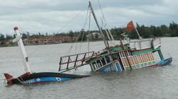 Lốc xoáy nhấn chìm tàu, 4 ngư dân Thanh Hoá thoát chết