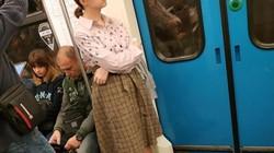 Yêu cầu được ngồi ghế trên tàu điện bị từ chối, cô gái tụt váy khiến hành khách kinh hãi