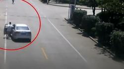 Tài xế taxi phi thân vào xe không người lái đang lao nhanh trên phố
