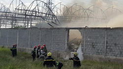 Cháy dữ dội tại kho chứa nệm mút ở ngoại ô Sài Gòn, cảnh sát đập tường dập lửa