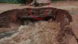 """Campuchia: Rợn người khoảnh khắc cầu sập """"nuốt chửng"""" 2 binh sĩ đi xe máy"""