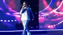 Nam ca sĩ hụt chân té ngã xuống hố khi vừa bước ra sân khấu