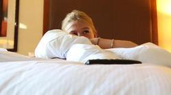 Nửa đêm tỉnh dậy trong khách sạn vì tưởng chồng nghịch ở tay, mở mắt ra sốc nặng