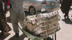 Điều ít biết về quốc gia chở tiền bằng xe cút kít, mua bán như rau vỉa hè