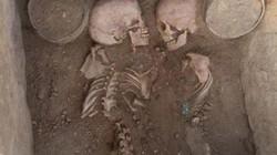 Cặp đôi 4.000 năm nằm với tư thế gần gũi trong mộ cổ đầy vàng