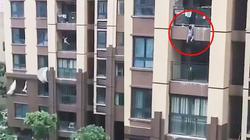 TQ: Bé 3 tuổi tuột tay khỏi ban công tầng 6, cả chung cư hốt hoảng dùng chăn đỡ