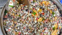 """""""Lọc"""" cát biển bắt ốc cườm bé tẹo như cúc áo, bỏ túi tiền triệu"""