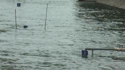 """Clip: Lại xả nước hồ Tây vào sông Tô Lịch, """"bảo bối"""" Nhật Bản bị nhấn chìm"""