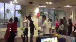 """Tranh thủ nghỉ trưa, anh em thể dục bằng """"điệu nhảy đau tay"""" của Sơn Tùng MTP"""