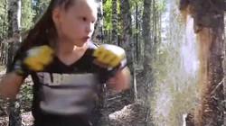 Cô bé 11 tuổi tung 7 cú đấm mỗi giây, đấm gẫy cây trong chưa đầy 1 phút
