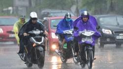 Ảnh, clip: Người Hà Nội căng mình đi trong mưa lớn, gió lốc mạnh