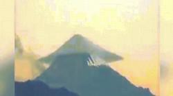 """Video: Đám mây """"UFO"""" hình thành trên ngọn núi lửa gây kinh ngạc"""