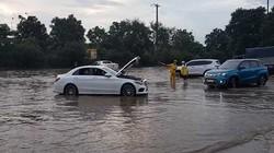"""Ô tô chết máy, hỗn loạn trong ngập lụt tại """"thiên đường"""" ở Hà Nội"""