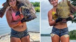 """Mỹ: Cô gái xinh đẹp mặc bikini bắt """"thủy quái"""" kỳ dị bằng tay không"""