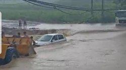 Phú Thọ: Cố tình đi qua đập tràn, xe ô tô bị nước lũ cuốn trôi