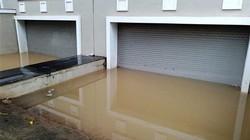 Clip: Biệt thự triệu đô Hà Nội cứ mưa to là ngập lụt, lút nóc ô tô