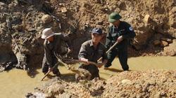 """Quảng Trị: Đào kênh giữa sông, """"mót"""" từng giọt nước"""