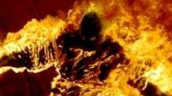 Cãi nhau lúc nửa đêm, chồng hất xăng đốt vợ rồi bế con 2 tuổi bỏ đi
