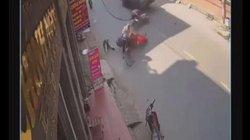 Kinh hoàng khoảnh khắc 2 xe máy đấu đầu, 4 người văng xuống đường