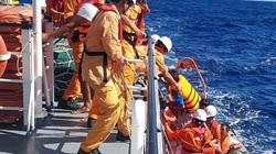 Tàu Kiểm ngư phối hợp cứu sống 6 thuyền viên ở Tây đảo Hoàng Sa