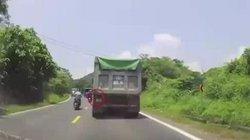Cảm kích tài xế xe ben cố tình nháy xi nhan trái, không cho ô tô vượt