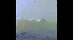 Video xuồng cao tốc Iran rượt đuổi, tàu chiến Anh vội vàng bỏ chạy?