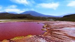 """Bí ẩn """"vùng đất bị nguyền rủa"""", hồ đỏ như máu, nước nóng tới 50 độ C"""